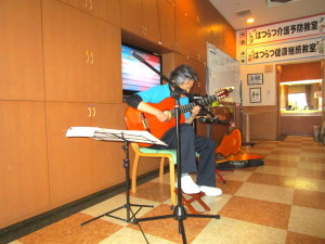 介護施設でギター演奏1